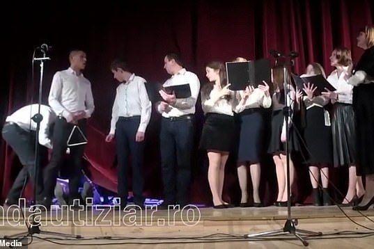 Coro continua a cantar depois de um dos membros desmaiar