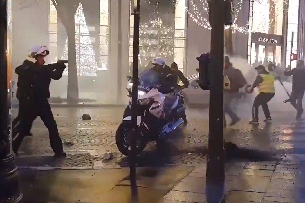 Polícia saca arma em Paris para se defender de 'coletes amarelos'