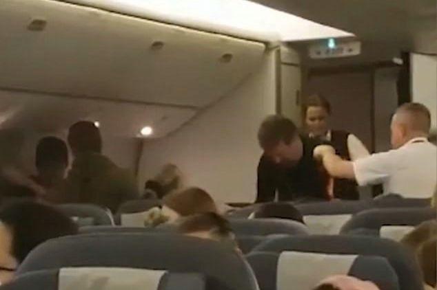 Avião obrigado a regressar a aeroporto devido a passageiro problemático