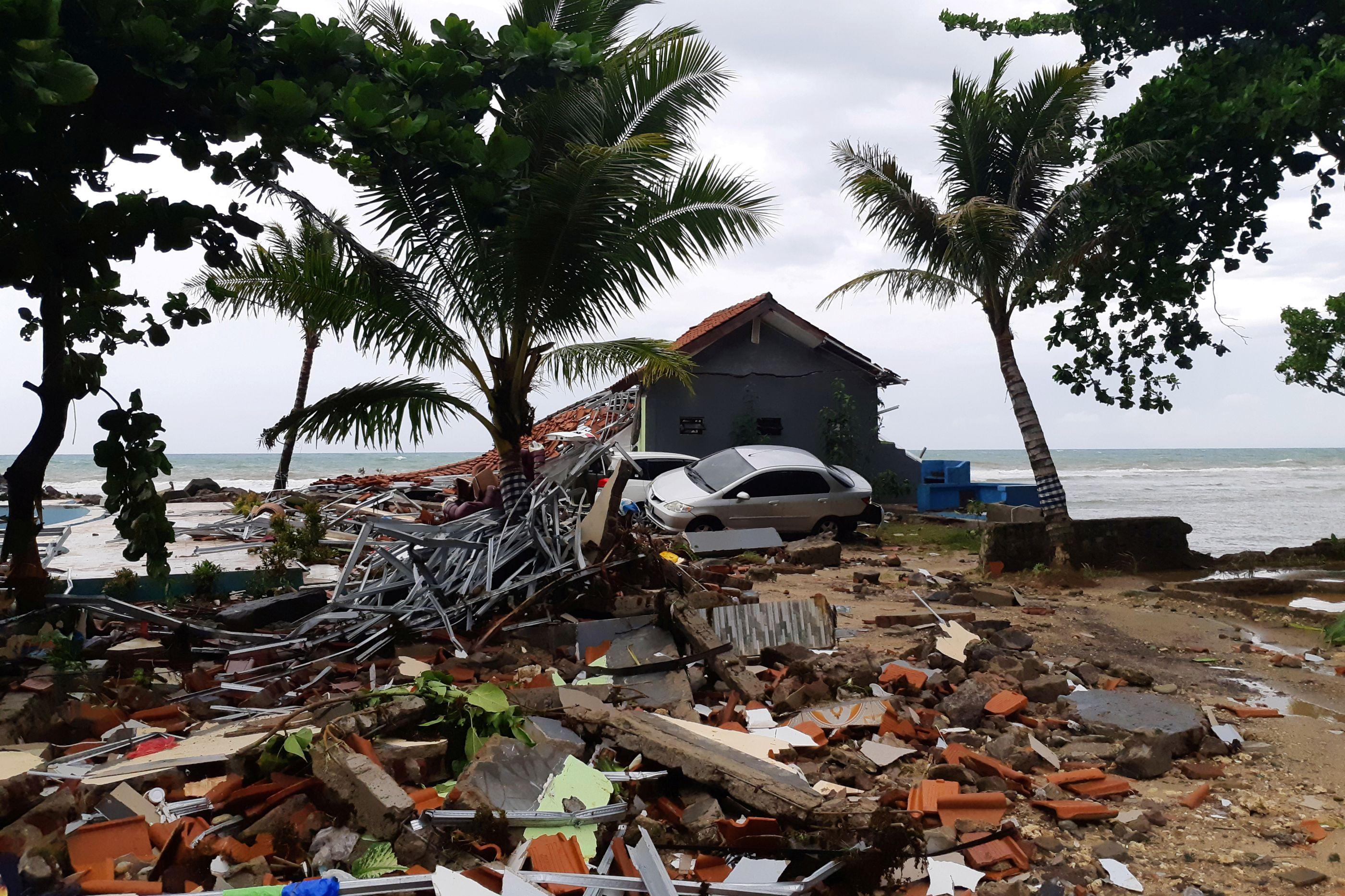 Número de mortos em tsunami na Indonésia sobe para 222