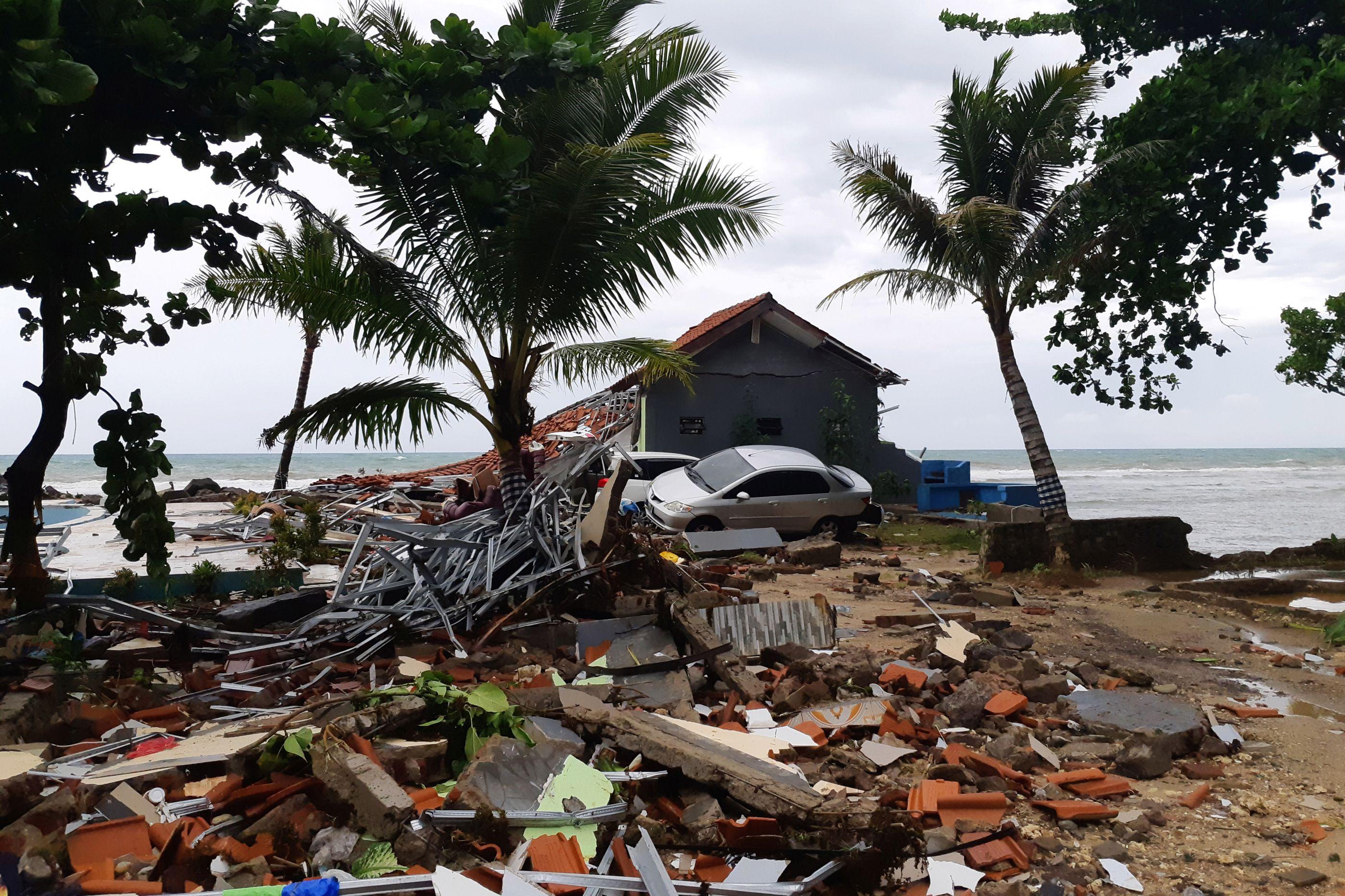 O mar invadiu a terra e deixou rasto de destruição na Indonésia