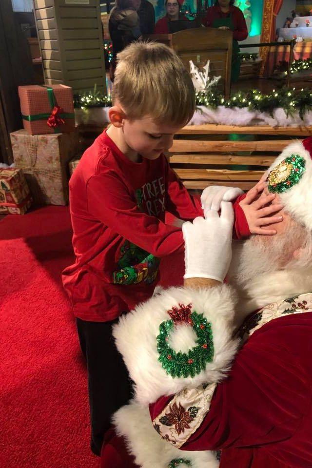 Menino cego emociona redes sociais com fotos de encontro com o Pai Natal
