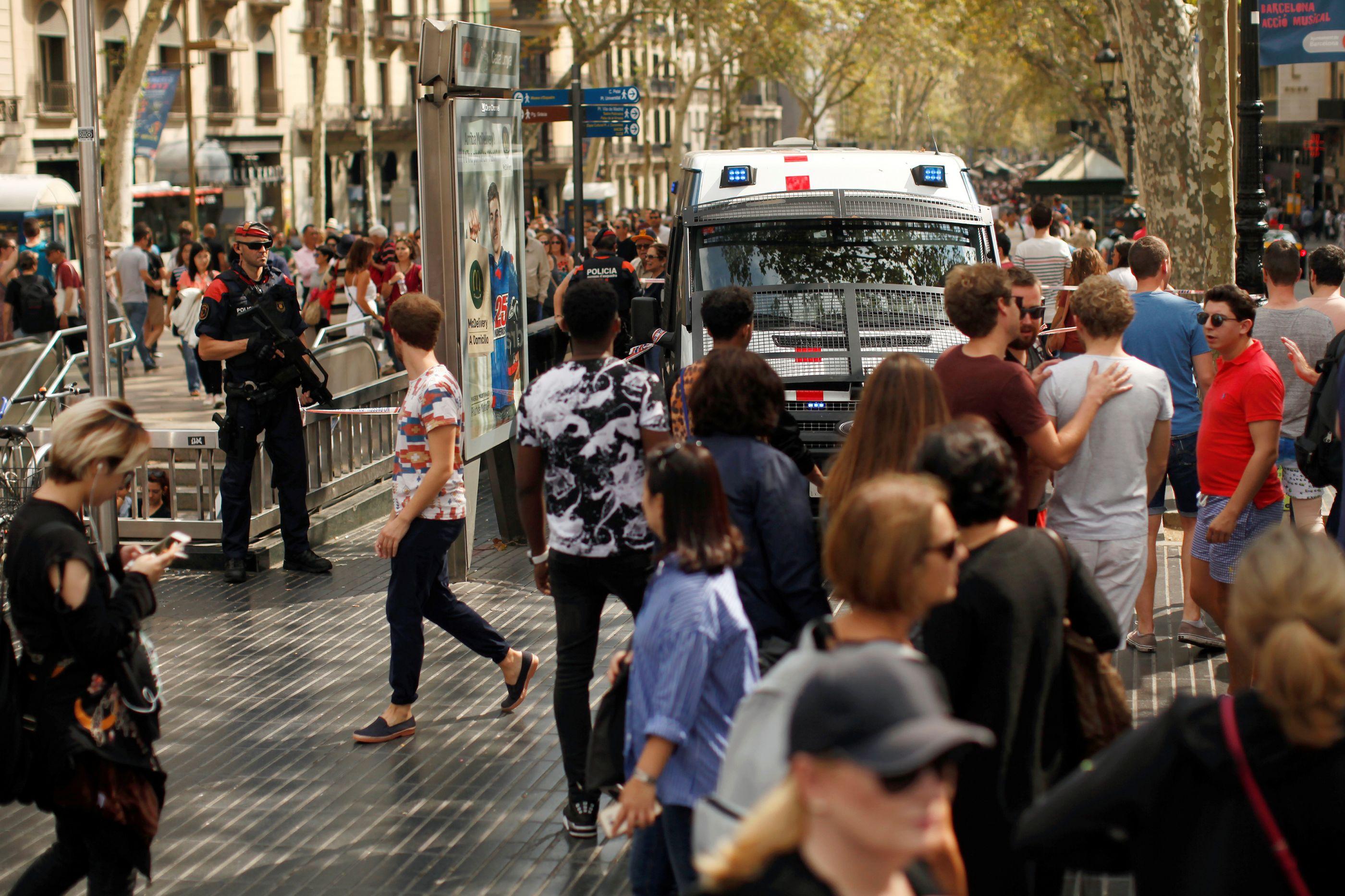 Procura-se um marroquino em Barcelona por alerta de atentado nas Ramblas
