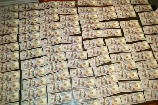 Homem encontra 10 mil dólares dentro de mala no metro e devolve-os