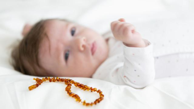 Pais avisados para não dar colares de âmbar a bebés por motivo alarmante