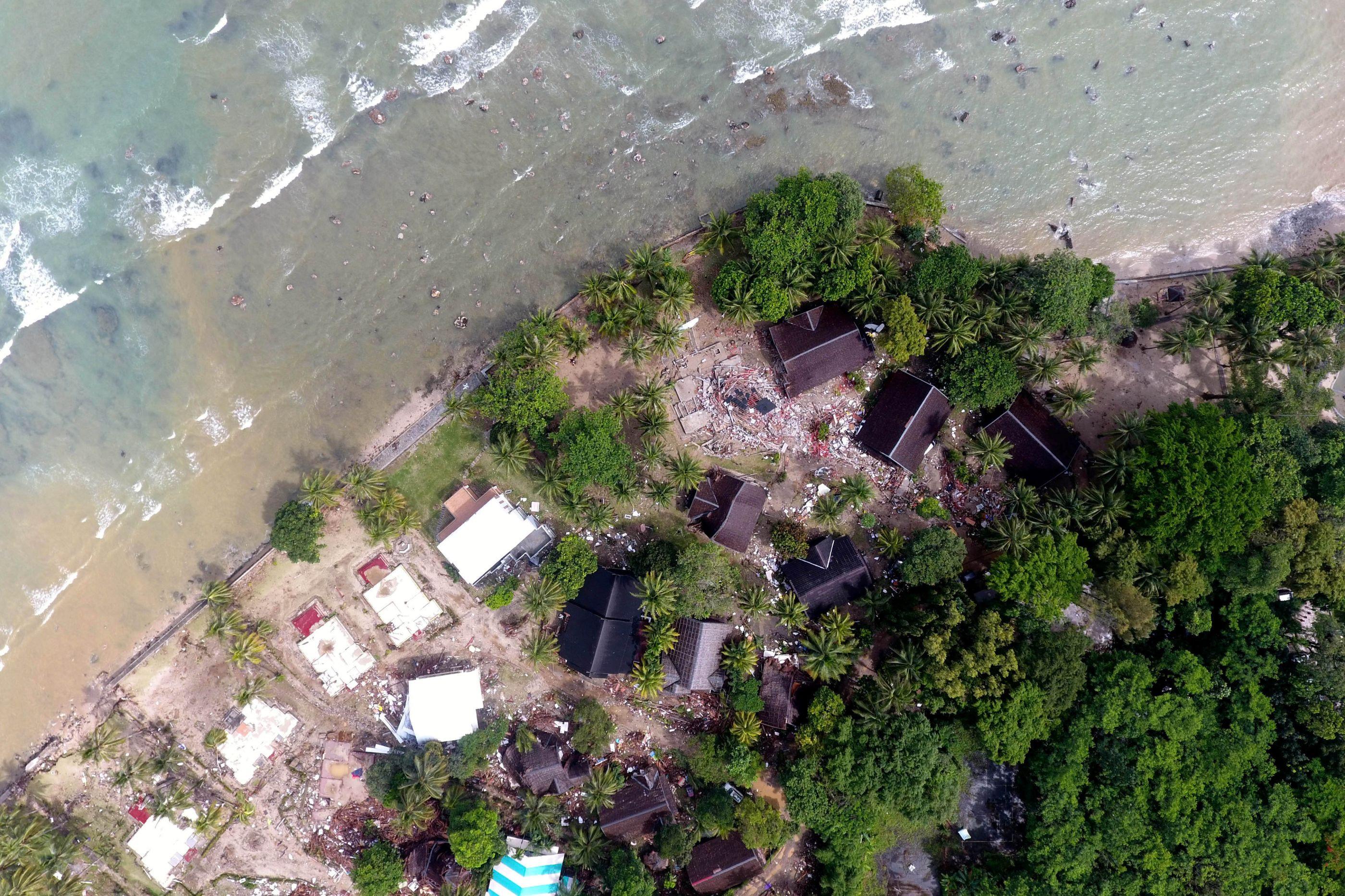 Imagens aéreas mostram rasto da violência de tsunami na Indonésia