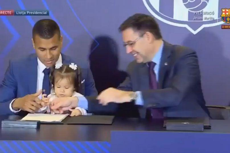 Filha de Murillo 'invadiu' assinatura de contrato com o Barcelona
