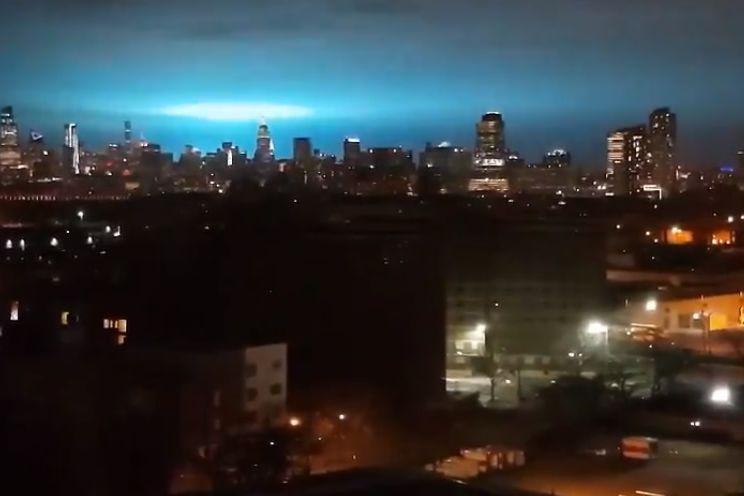 Uma luz azul iluminou os céus de Nova Iorque e foi muita a especulação