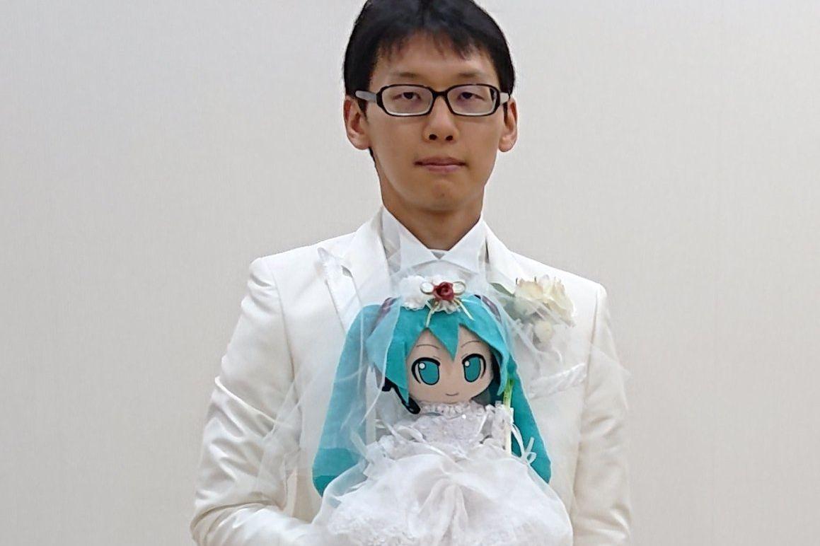 Japonês casa com holograma de personagem do Anime