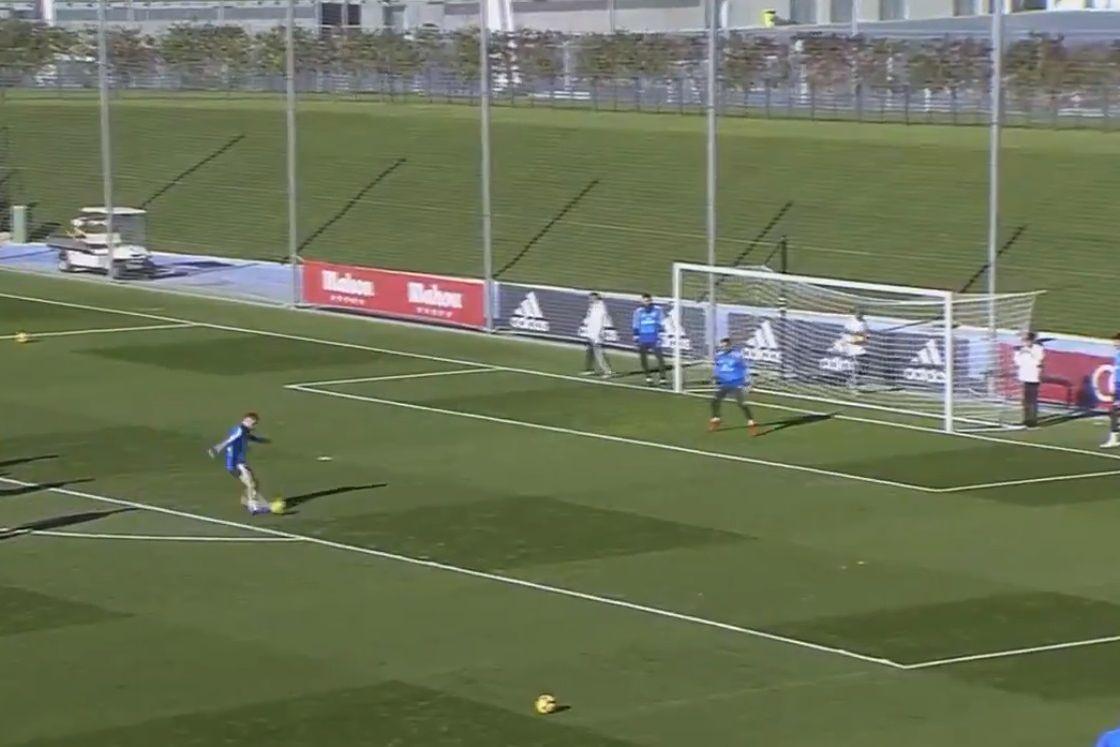 Sergio Ramos presenteia adeptos com golaço em treino aberto