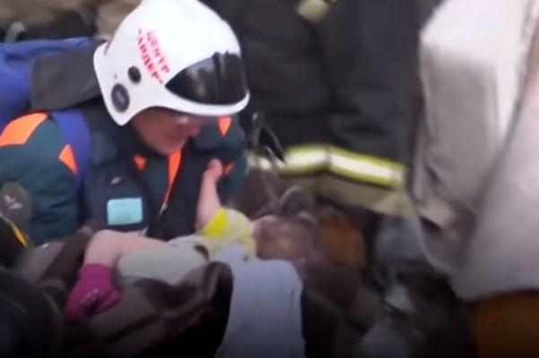 Bebé de 11 meses retirada com vida de escombros de prédio que desabou