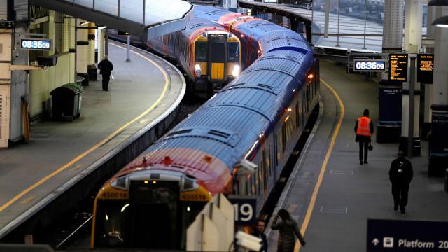 Homem esfaqueado em comboio londrino na presença do filho de 14 anos