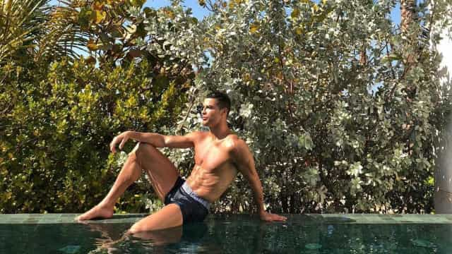 Em boxers, Cristiano Ronaldo exibe corpo trabalhado