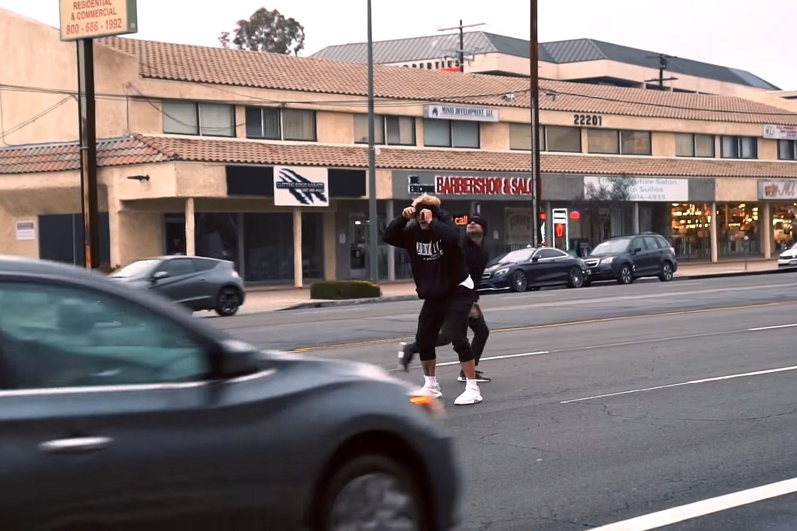 Youtuber invade biblioteca e estrada ao fazer desafio perigoso