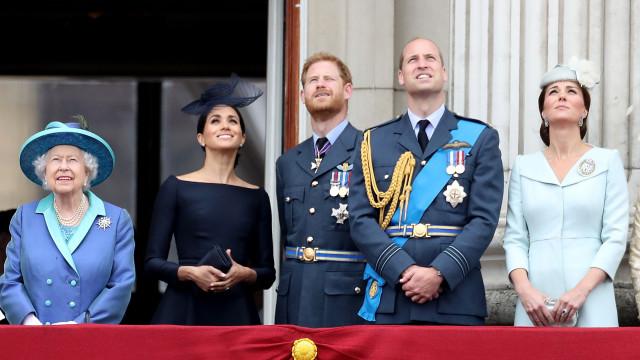 Príncipe Harry quis renunciar título real… mas deu ouvidos à avó