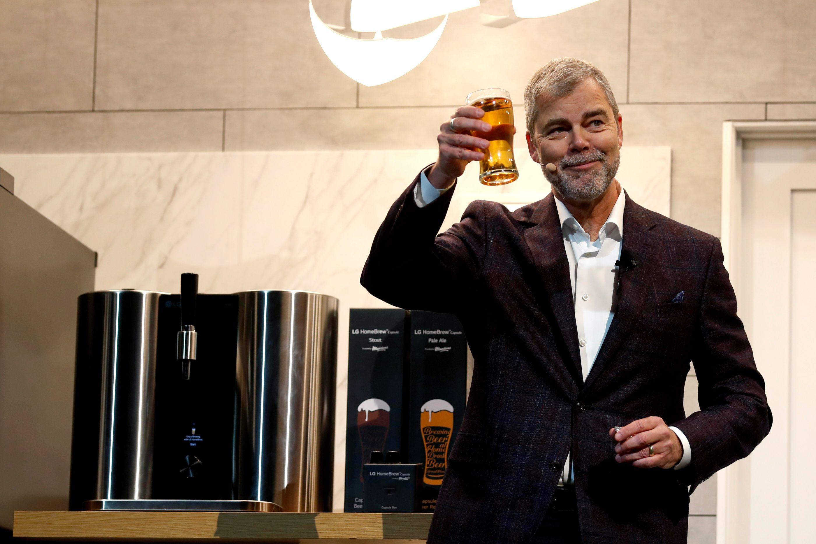 A LG apresentou uma máquina de cerveja… em cápsulas