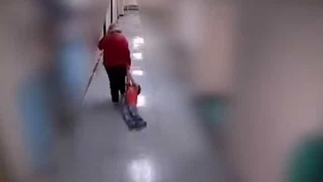 Professora despedida após arrastar menino autista por corredor