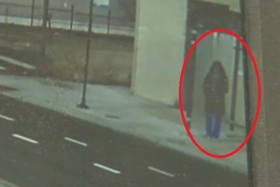 Mulher à espera de autocarro alveja mortalmente jovem que a queria roubar