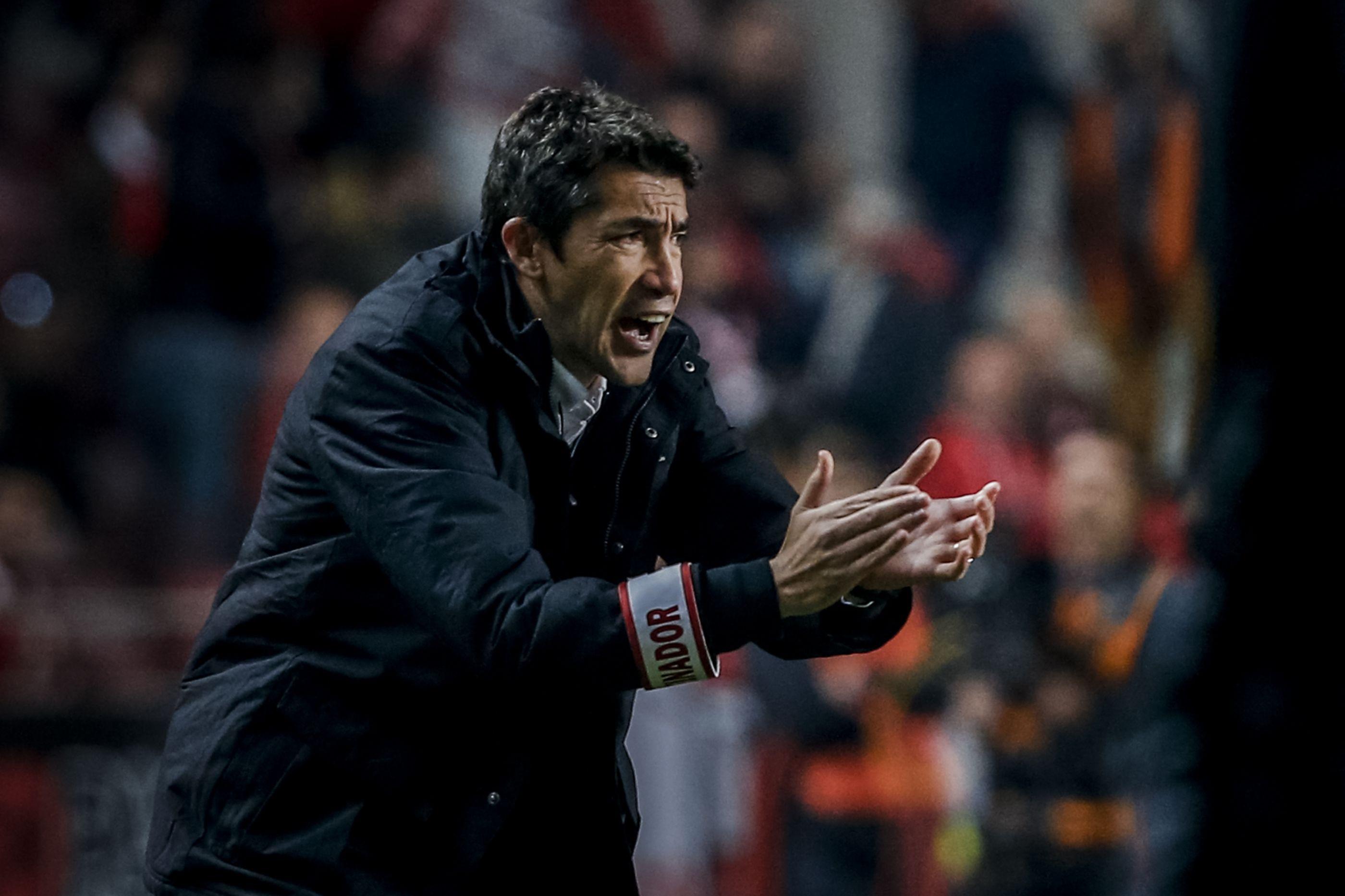 Benfica anuncia a subida de quatro bês e fecha plantel de Lage