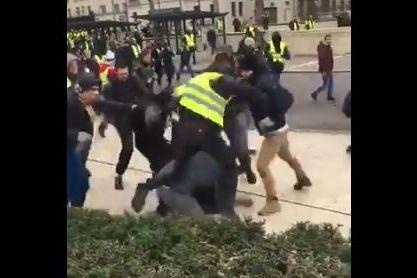 Equipa de jornalistas brutalmente agredida por Coletes Amarelos
