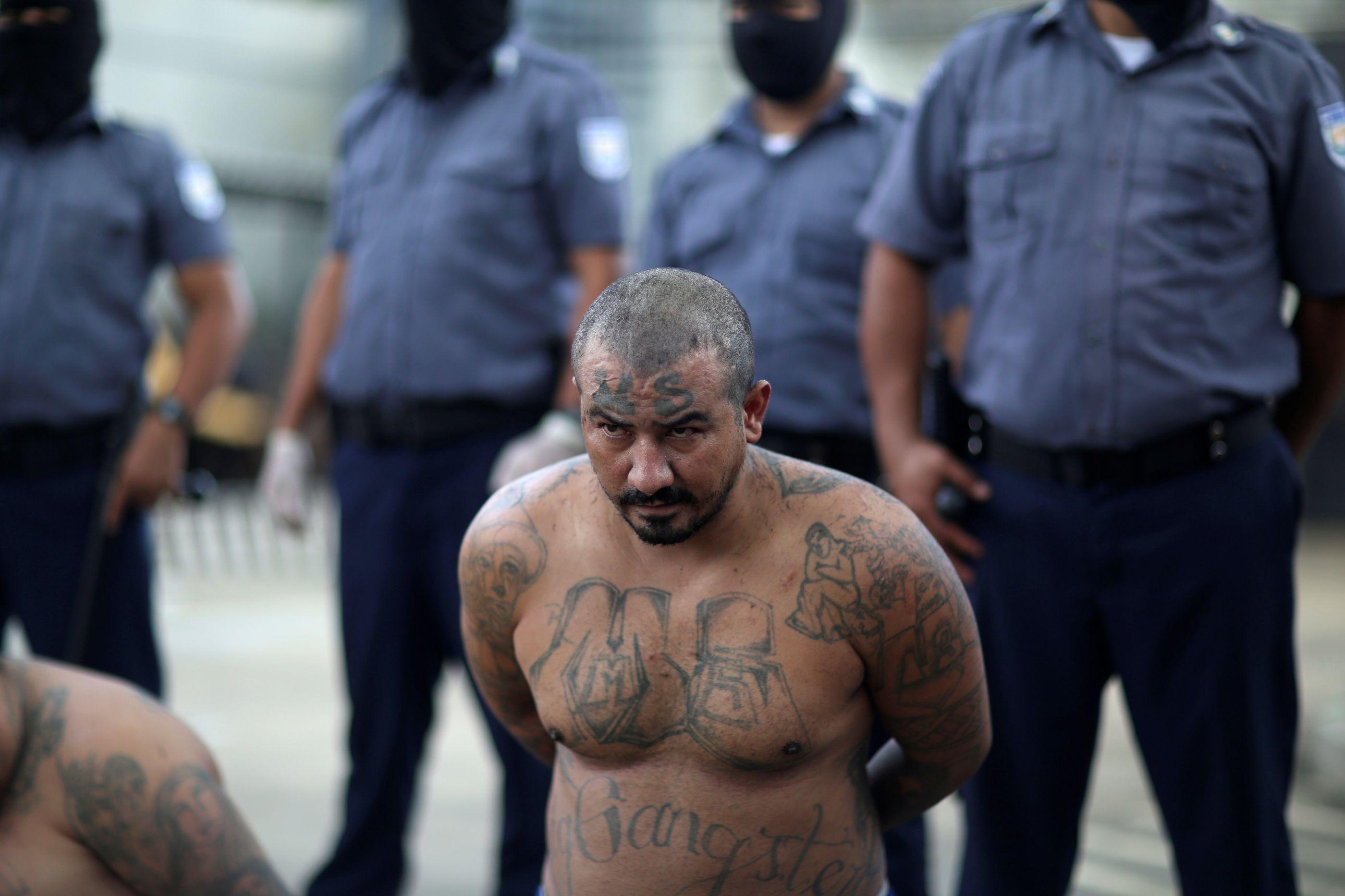 Membros de gangues usam caravanas para tentar entrar nos EUA