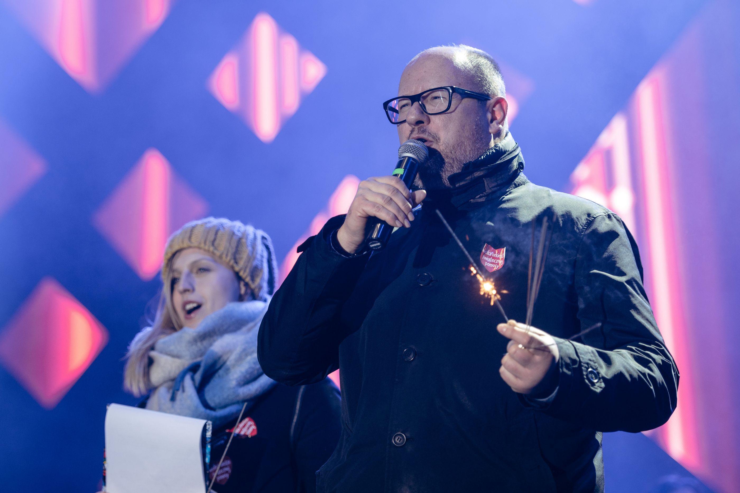 Autarca polaco em estado crítico após ser esfaqueado em evento solidário