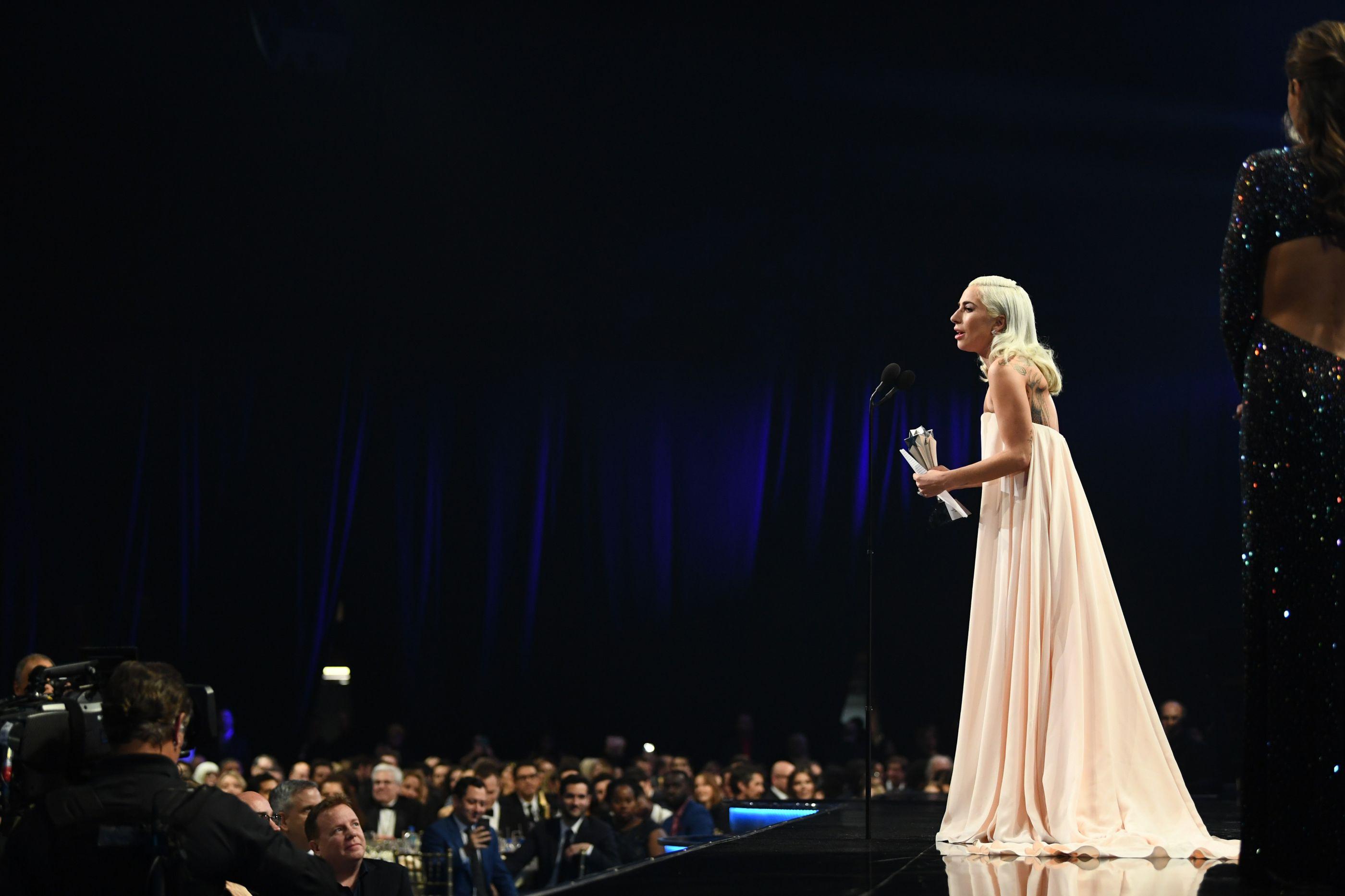 Lady Gaga elogia Bradley Cooper em gala de prémios