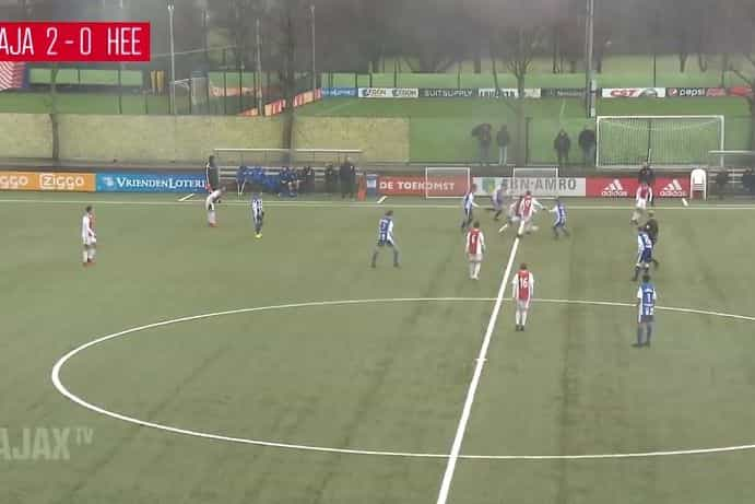 Sub-15 do Ajax finta meia equipa do Heerenveen e marca golo 'maradoniano'