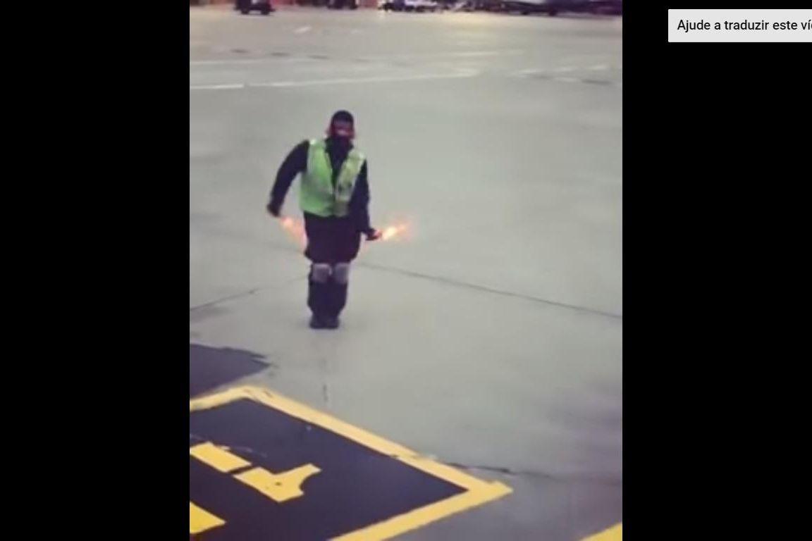Sinaleiro de aviões que fez dança na pista tornou-se viral