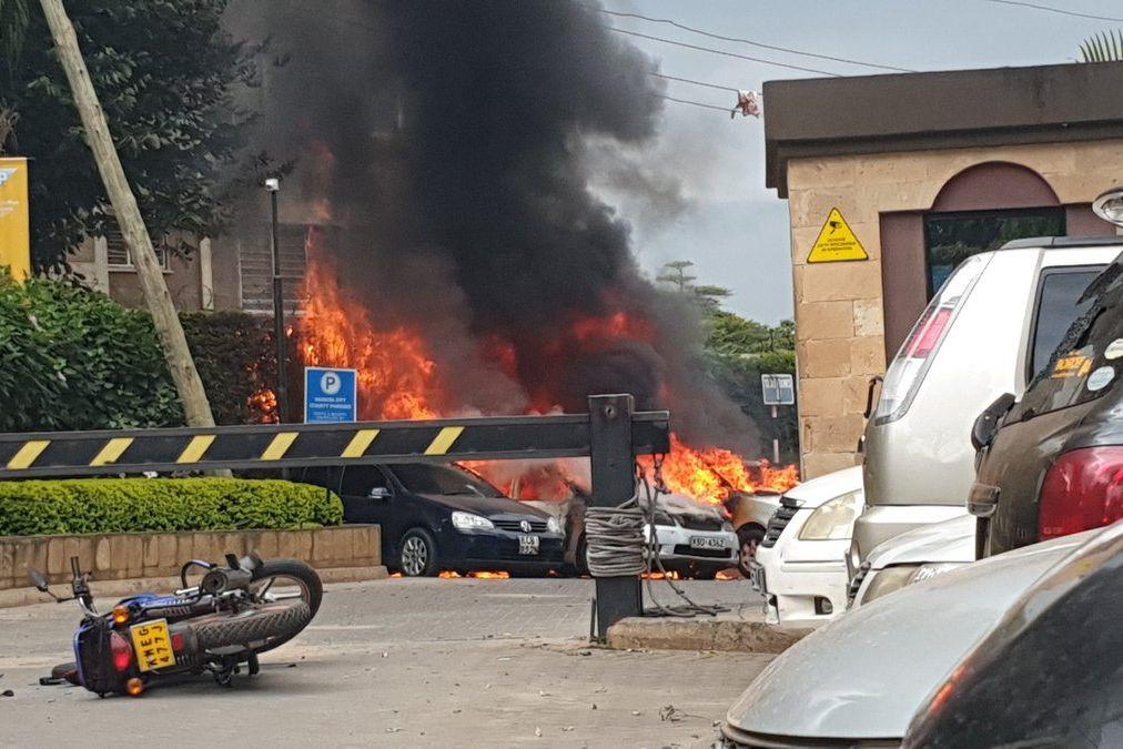 Explosões violentas e tiroteio em complexo de luxo em Nairóbi