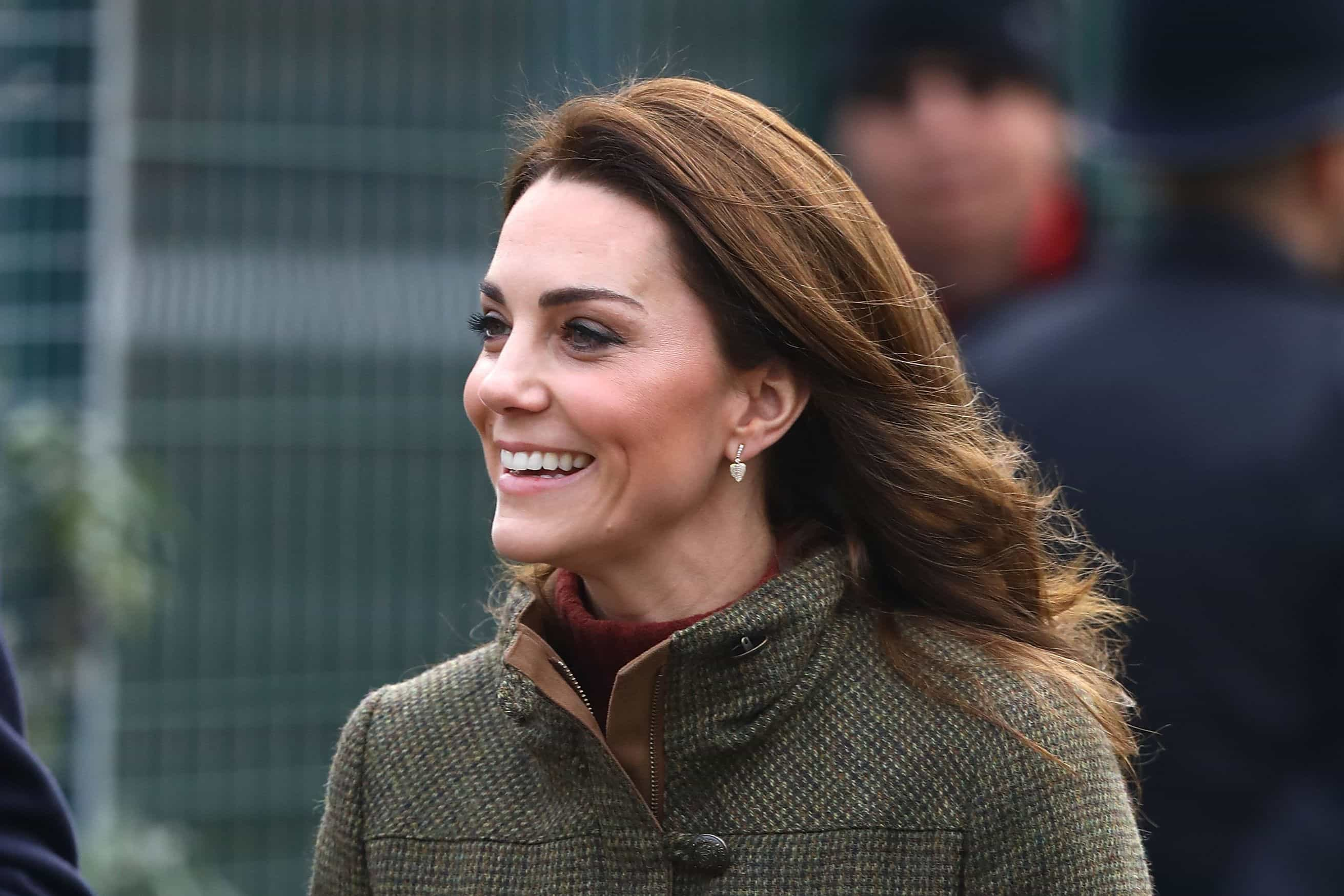 Mais descontraída que nunca! Kate Middleton de botas rasas e look casual
