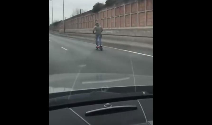 Homem filmado a andar de trotinete a 85 km/h em autoestrada de França