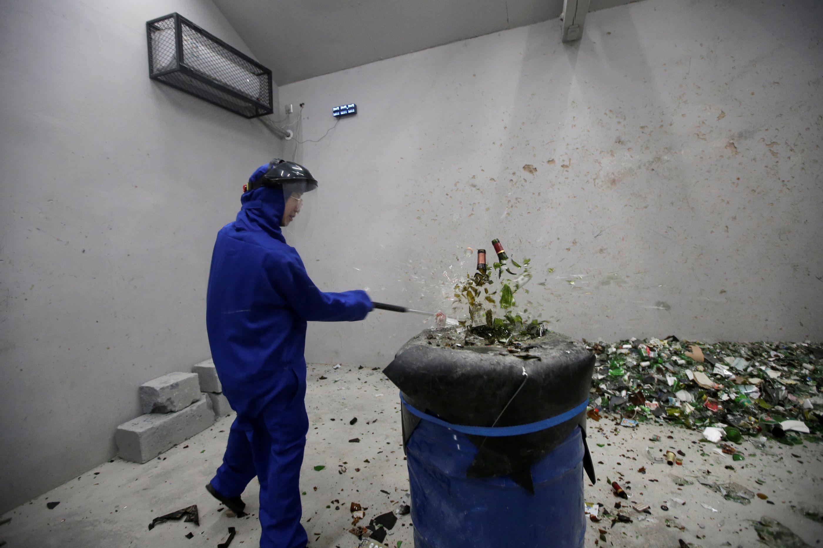 Em Pequim, o stress combate-se numa sala de raiva onde tudo é para partir