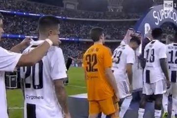 Dybala tentou pregar partida a Cancelo mas foi apanhado pelo ecrã gigante