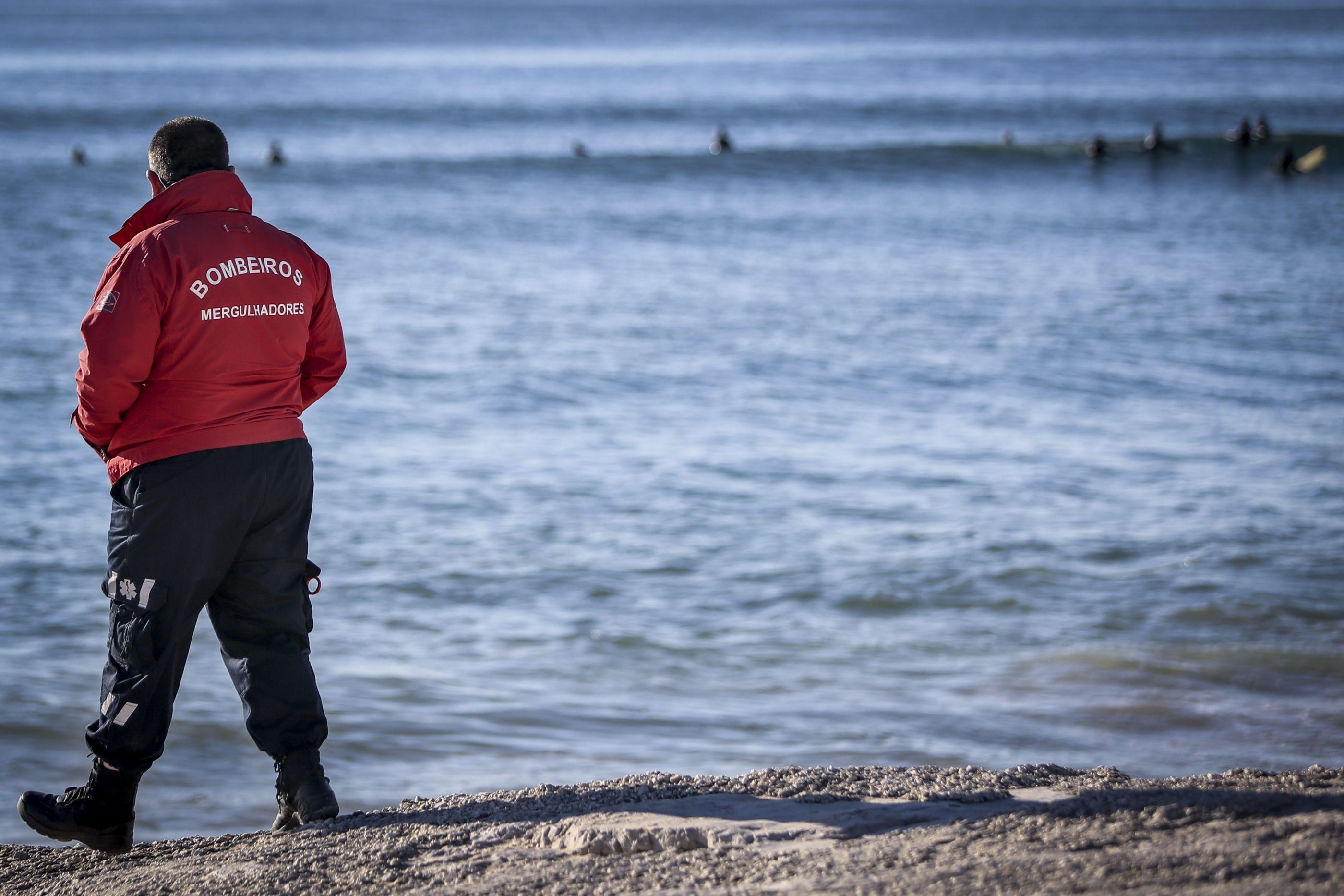 """Bombeiro critica surfista (não) desaparecido. """"Deixei um familiar doente"""""""