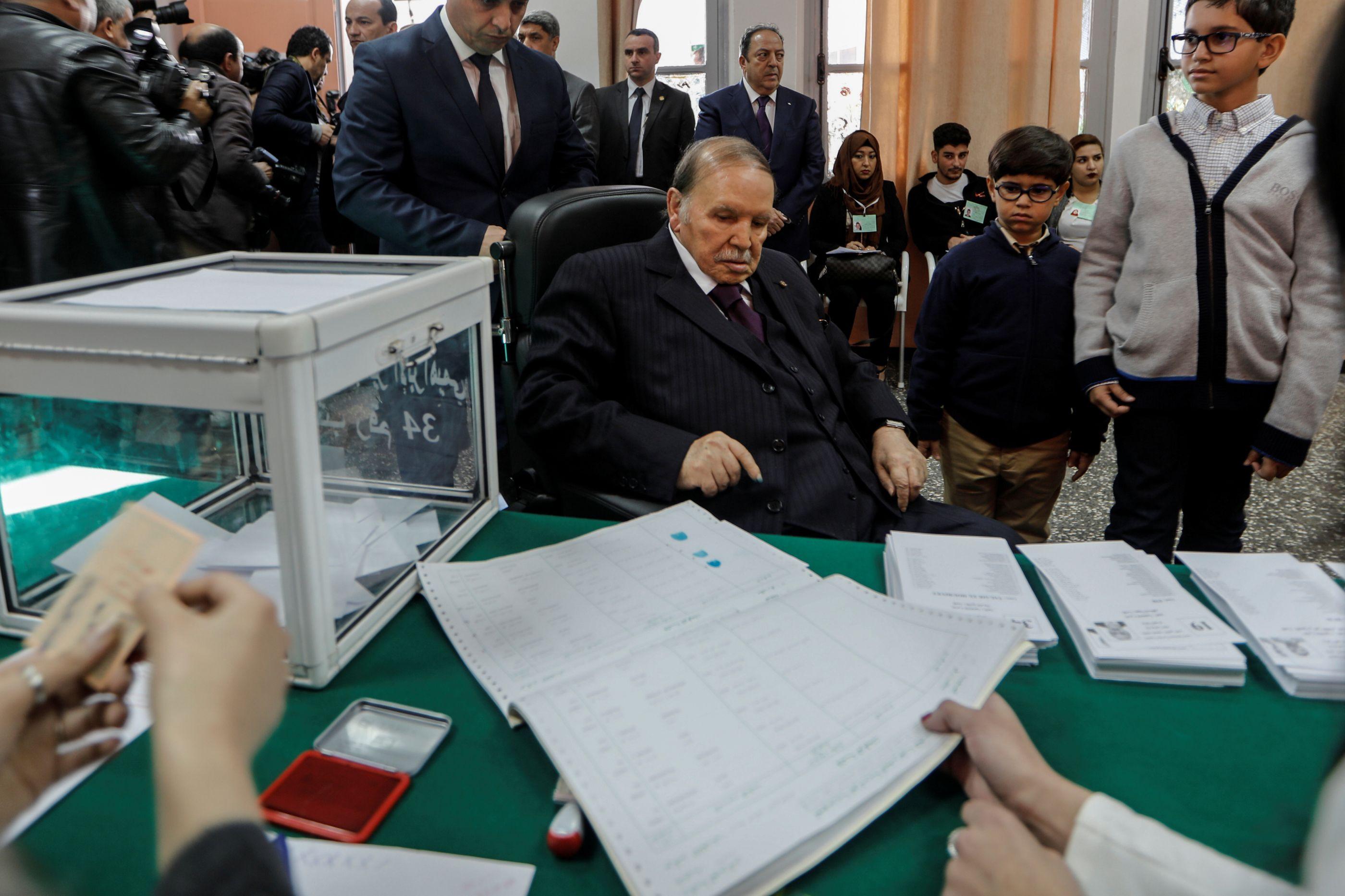Após protestos, presidente argelino anuncia que não se vai recandidatar