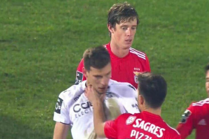 J. Marques volta à 'carga' com mão de Pizzi no pescoço de adversário