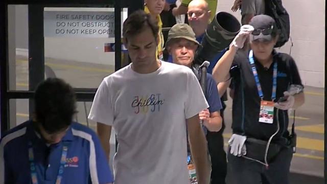 Segurança trava o 'desconhecido' Federer e pede-lhe identificação