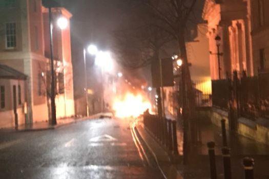 Polícia investiga explosão de carro na Irlanda do Norte