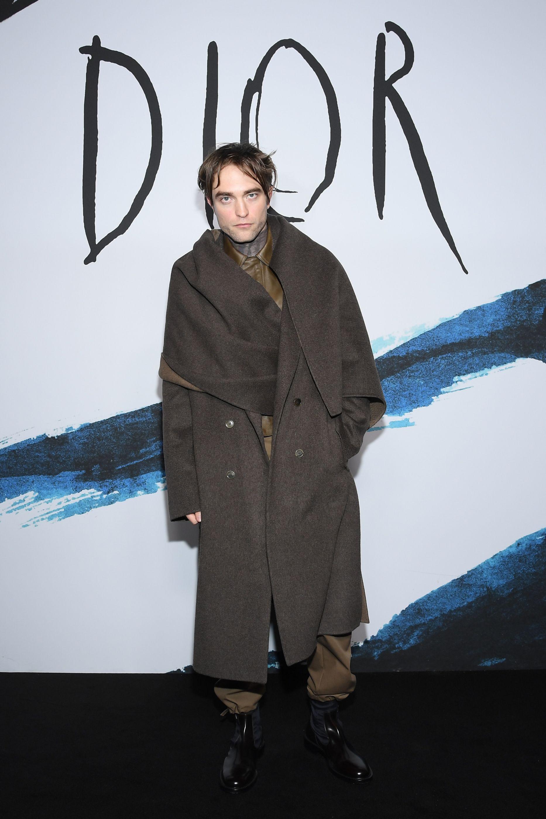 Cavaleiro de Jedi? Look de Robert Pattinson em evento chama a atenção