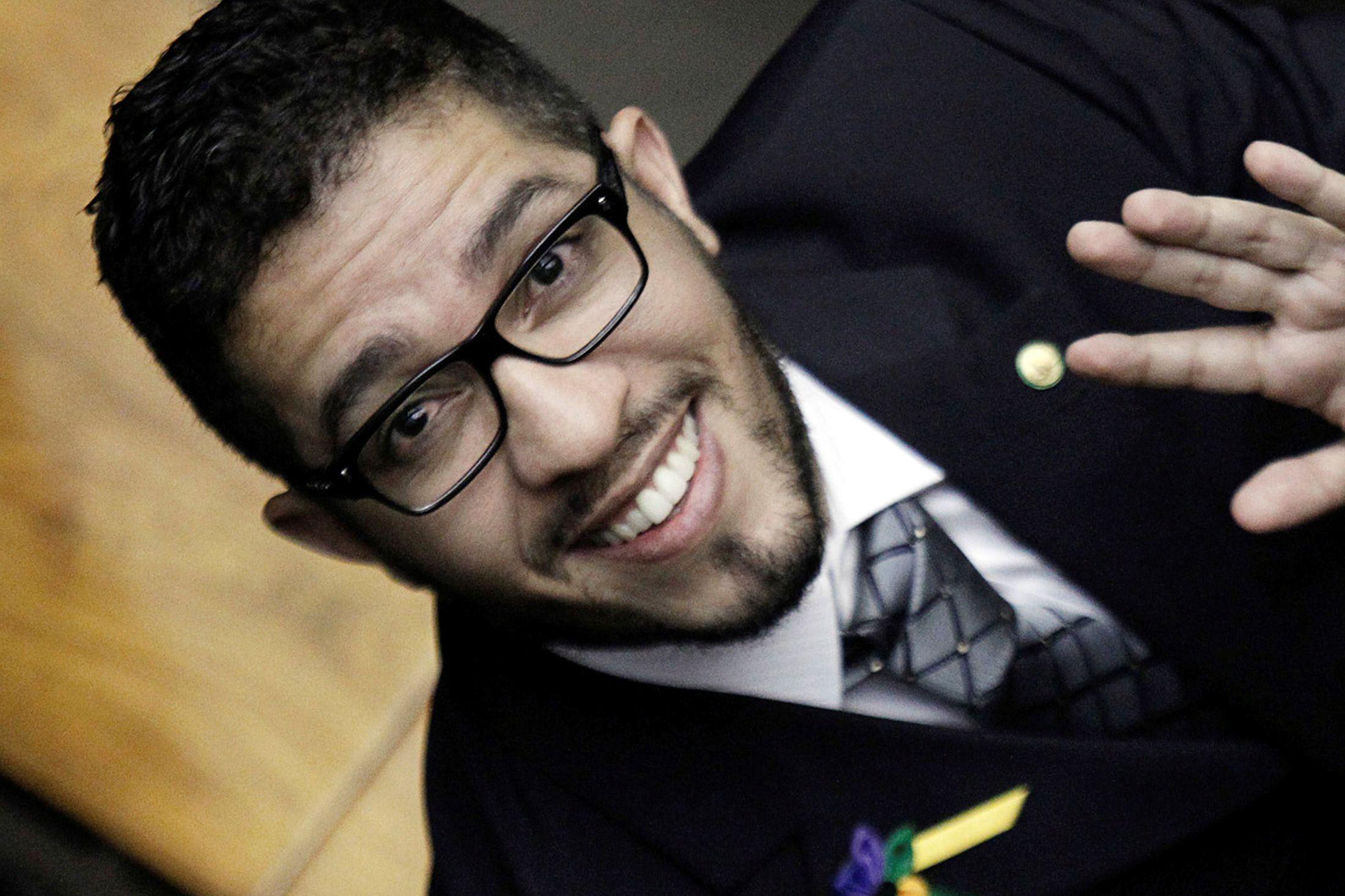 Ex-deputado Jean Wyllys anima brasileiros em Paris a resistir a Bolsonaro