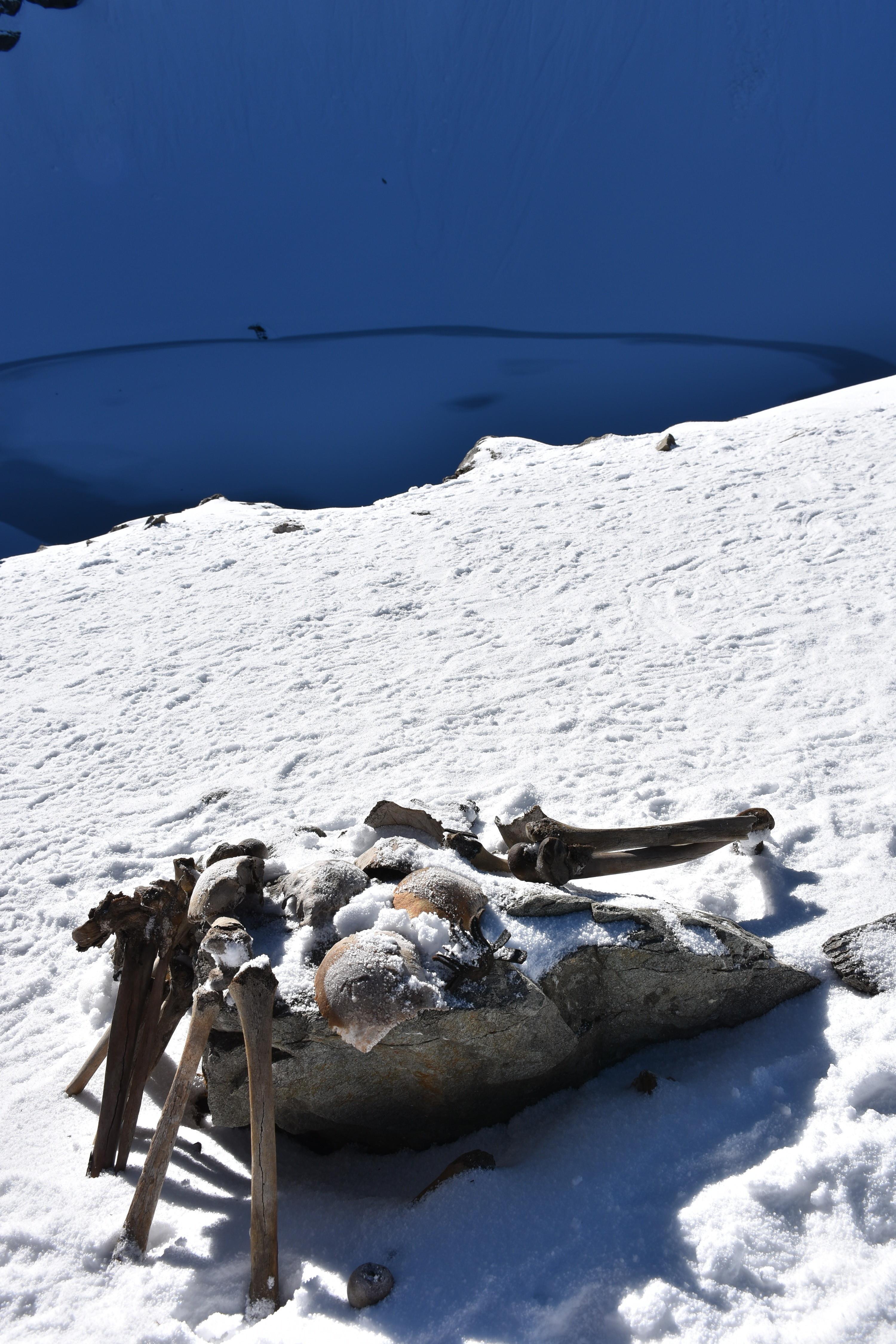 Este lago glacial esconde um negro e assustador segredo