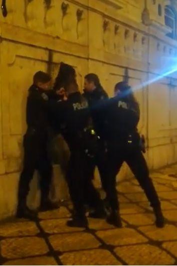 """PSP rejeita """"qualquer motivação racial"""" em detenção filmada na Baixa"""