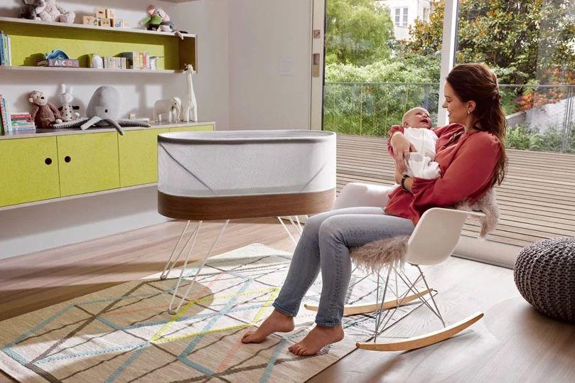 Este berço quer ajudar bebés (e pais) a terem algumas horas extra de sono