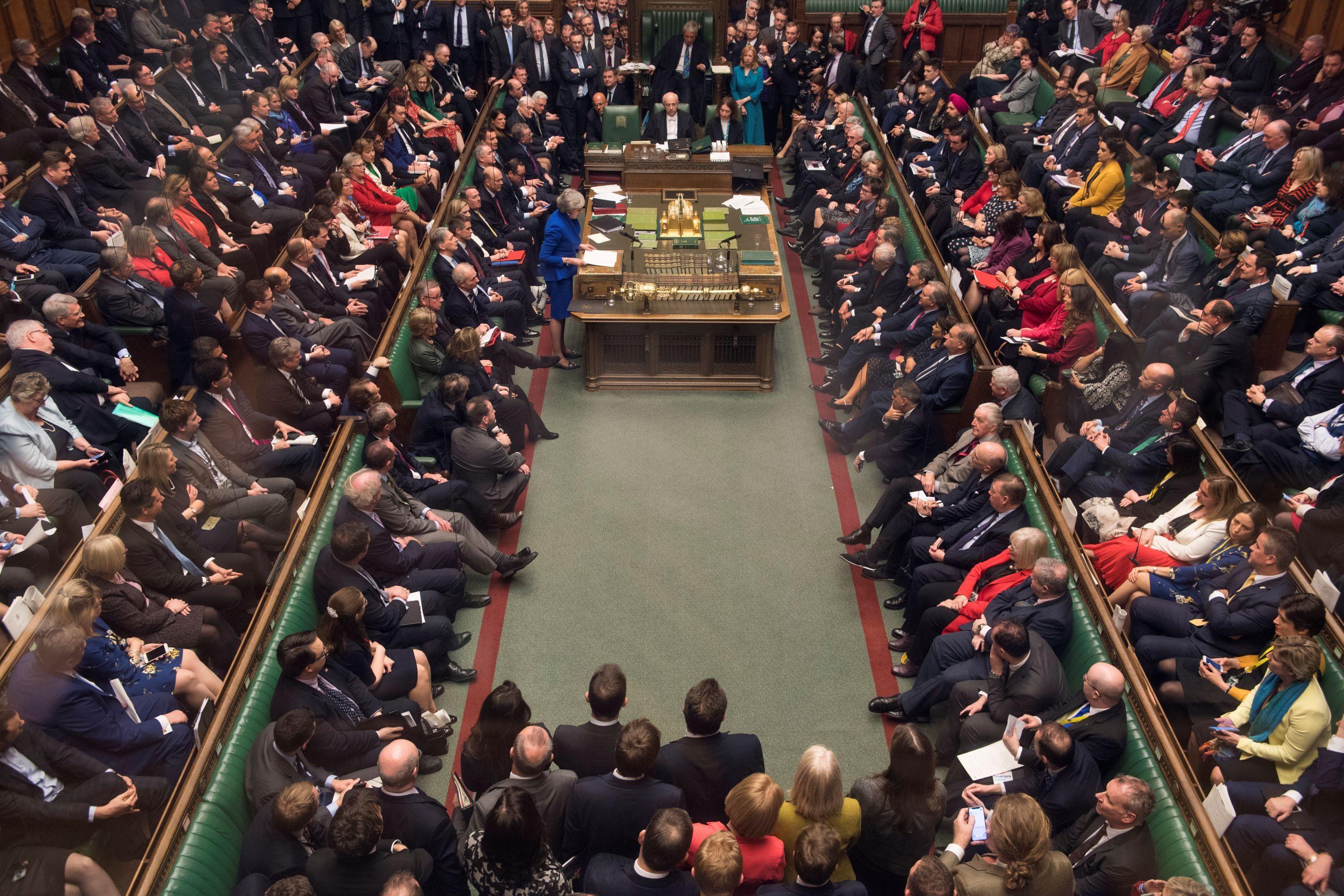 Parlamento britânico vota adiamento curto ou longo do Brexit
