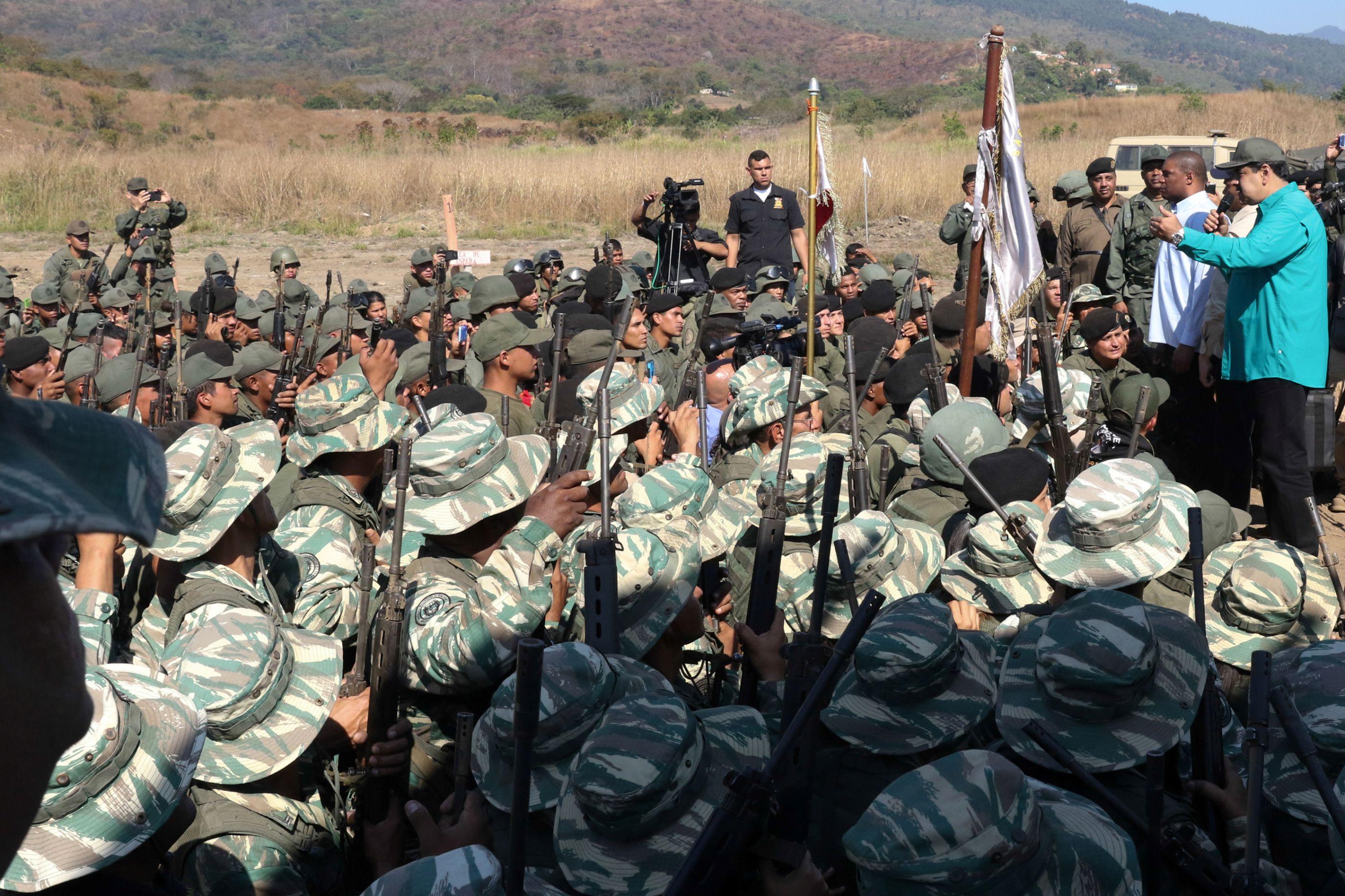 """Maduro inicia exercícios militares em resposta às """"ameaças de Trump"""""""