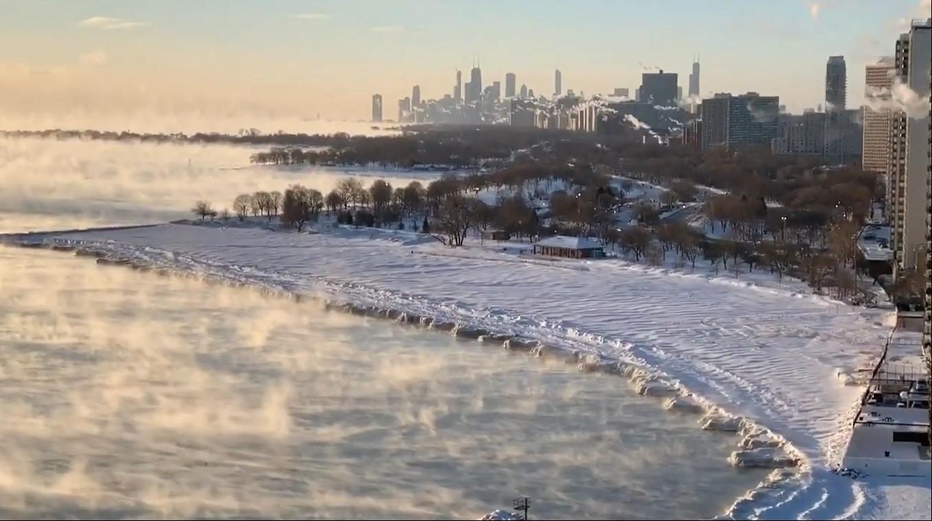 Temperaturas negativas transformam lago gelado em cenário de filme