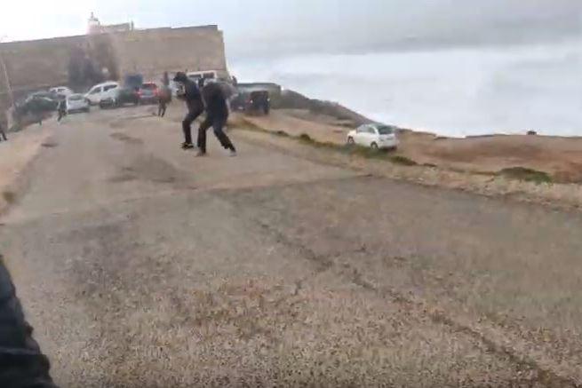Vídeo mostra grupo a ser arrastado pelo vento junto ao farol da Nazaré