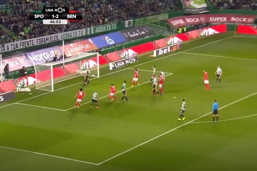 Rúben Dias sobe mais alto que todos e faz terceiro do Benfica