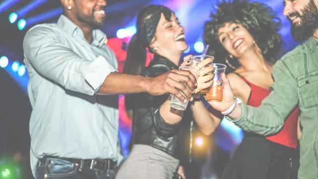 Maus Hábitos leva-o a conhecer cultura clubbing da América Latina